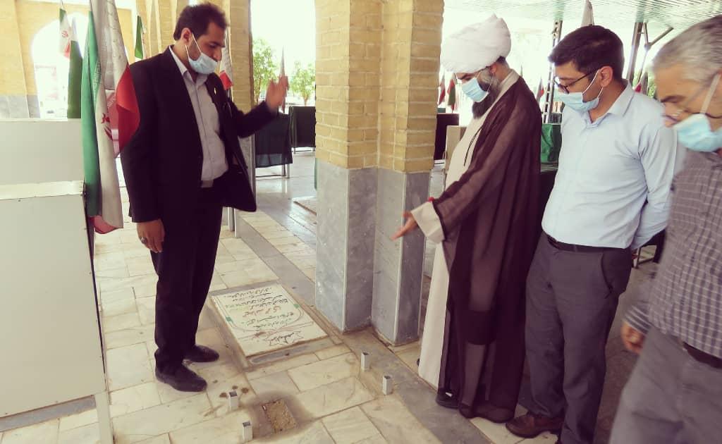 امام جمعه شوش: ویترینهای سرقت شده تصاویر گلزار شهدا هرچه سریعتر از سوی دستگاههای متولی جایگزین و بازسازی شود